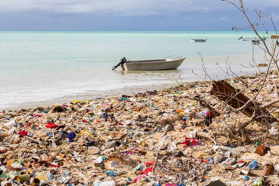 Verschmutzung durch Plastikmüll von Luftballons