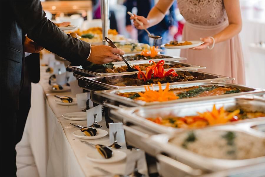 Klassisches warmes Buffet an der Hochzeit